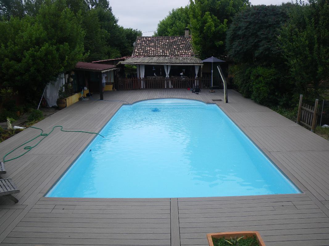 Deck caillebotis fabrication de charpentes et de - Terrasse piscine bois composite ...